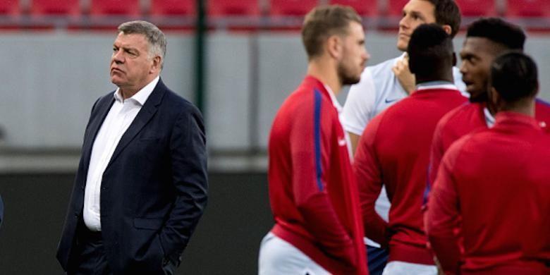 Sam Allardyce dan para pemain Inggris tengah melakukan pemanasan jelang laga versus Slovakia pada kualifikasi Piala Dunia 2018, Minggu (4/9/2016).