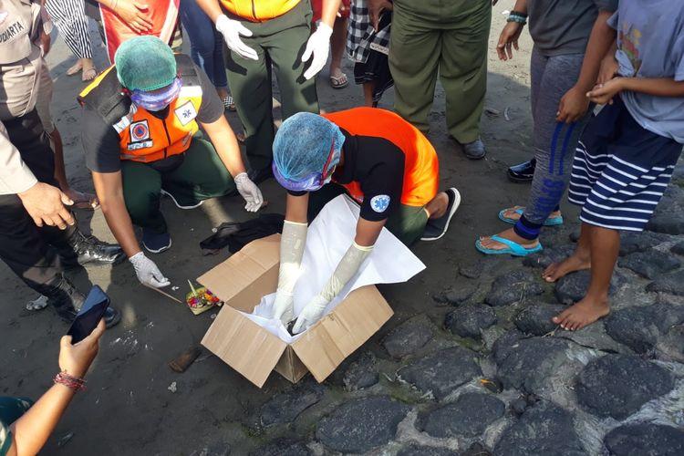 Petugas BPBD Denpasar mengevakuasi jenazah bayi di Pantai