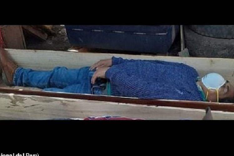 Inilah sosok Wali Kota Tantara di Peru, Jamie Rolando Urbina Torres, yang pura-pura mati saat hendak ditangkap karena melanggar aturan untuk mencegah virus corona dengan minum-minum bersama temannya.(Policia Nacional del Peru via Daily Mail)