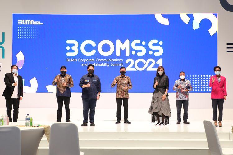 Menteri BUMN RI Erick Thohir (ketiga dari kiri) usai menyerahkan penghargaan kepada Telkom yakni ?Honorable Mention? dalam BUMN Corporate Communications and Sustainability Summit (BCOMSS) 2021 yang diterima oleh Direktur Human Capital Management Telkom Afriwandi (kedua dari kiri) disaksikan oleh juri Effendi Gazali (paling kiri), Najwa Shihab (ketiga dari kanan), dan J. Ansye Sopacua (paling kanan) di Jakarta, Jumat (29/1). Telkom menerima Penghargaan Honorable Mention dalam kategori Creating Shared Value terhadap program Sampah Jadi Emas dengan campaign #DaurBikinMakmur yang  telah menciptakan lapangan kerja baru dan menjaga lingkungan hidup di Desa Tuksongo, Kabupaten Magelang, Jawa Tengah.