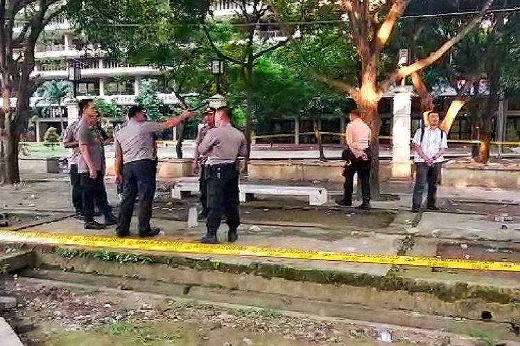 Sejumlah petugas kepolisian berjaga di sekitar Universitas HKBP Nommensen, di Jalan Perintis Kemerdekaan Medan pada Jumat (22/11/2019). Di kampus ini, sejumlah mahasiswa terlibat bentrok yang mengakibatkan satu orang meninggal dunia dan satu orang luka karena sabetan benda tajam.