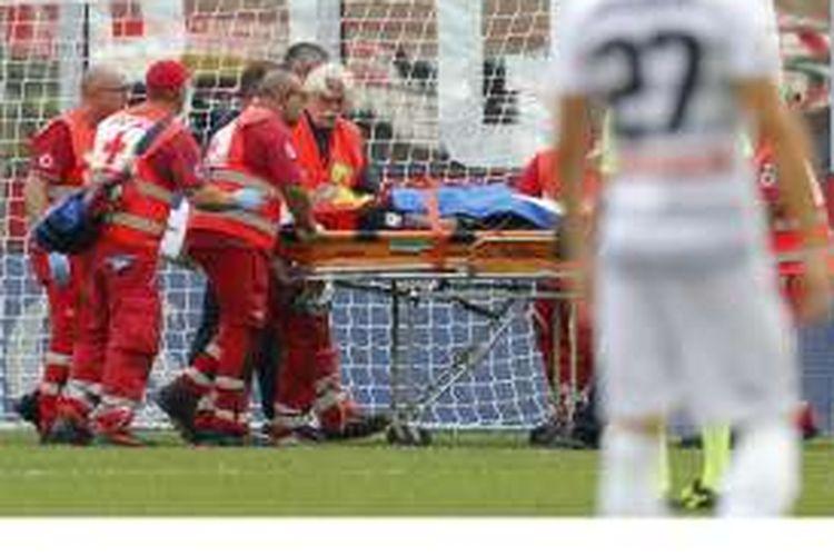 Bek AC Milan, Luca Antonelli, harus ditandu ke luar lapangan setelah mengalami cedera dalam pertandingan Serie A melawan Udinese di Stadion San Siro, Milan, Minggu (11/9/2016).