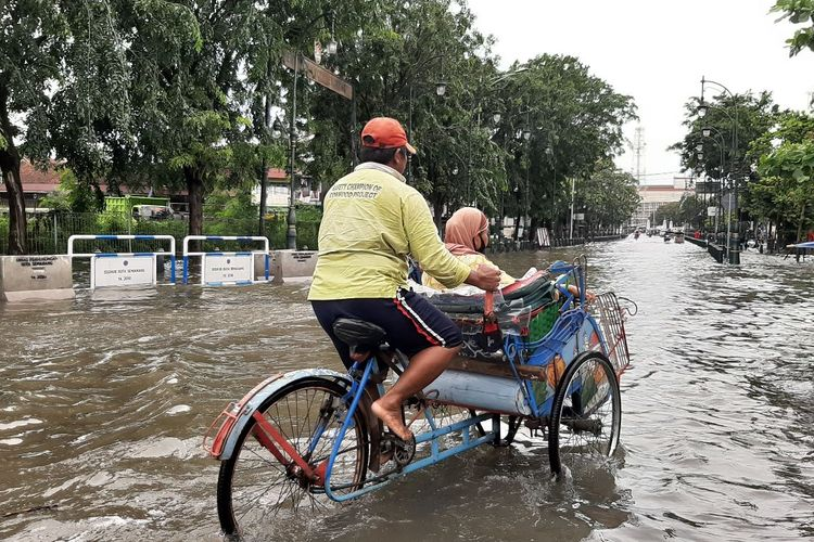 Banjir Semarang di kawasan Kota Lama Semarang, Sabtu (6/2/2021)