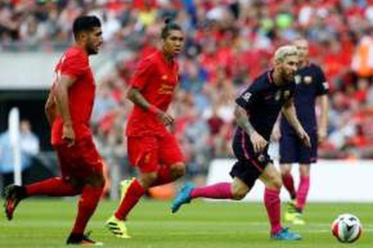 Emre Can dan Roberto Firmino mencoba mengejar Lionel Messi pada lanjutan ICC 2016 antara Liverpool dan Barcelona di Wembley, Sabtu (6/8/2016).