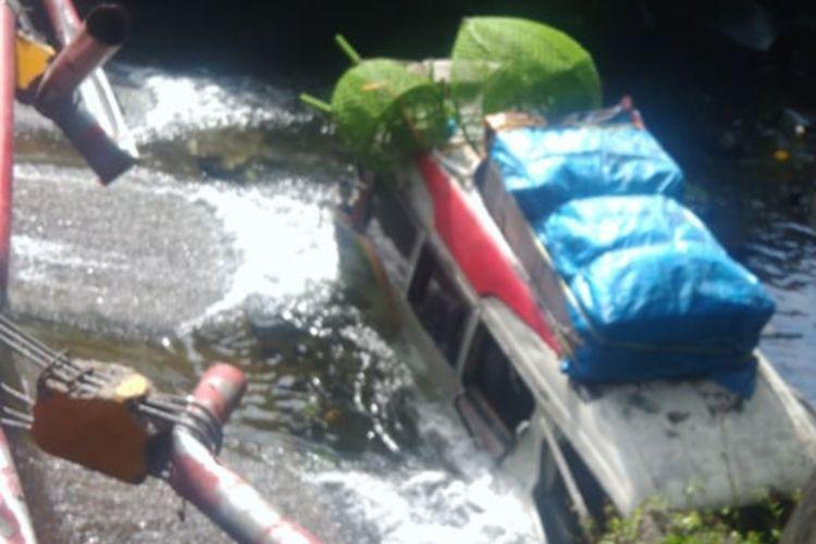 Kecelakaan beruntun terjadi di jalan raya Padang-Bukittinggi di depan air terjun Lembah Anai, Rabu (30/12/2020)