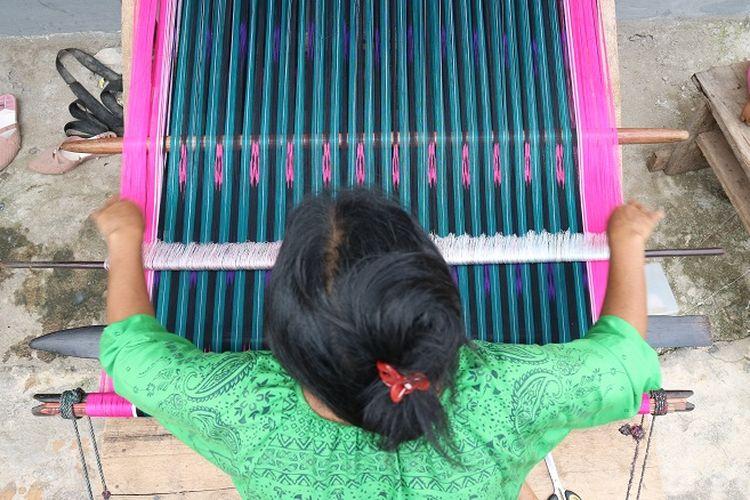 Proses pembuatan ulos di Desa Papande