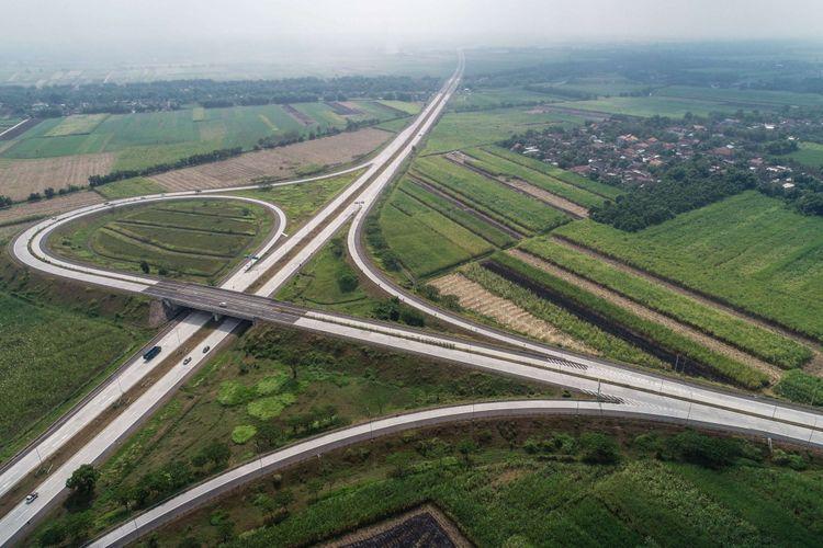 Foto udara simpang susun bandar di Tol Surabaya-Mojokerto di Jawa Timur, Selasa (5/6/2018). Tol Surabaya-Mojokerto termasuk dalam jaringan Tol Trans-Jawa dan sudah dapat dilintasi para pemudik.