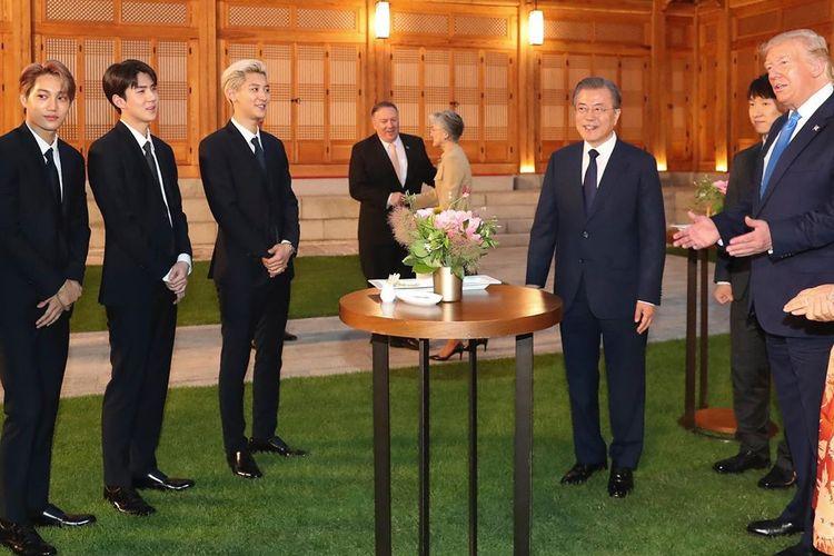 Boyband Korea EXO saat berbincang dengan Presiden AS Donald Trump di istana kepresidenan Korea Selatan, beberapa waktu lalu.