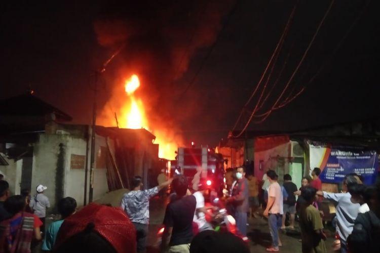 Sebuah lapak gudang karet di Jalan Pik Utara, Penggilingan, Cakung, Jakarta Timur, terbakar pada Kamis (31/12/2020) malam, gara-gara petasan.