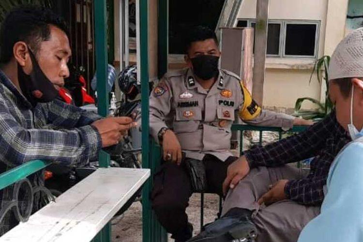 Anggota Polsek Tampan mendatangi Ponpes Kuttab Al-Fatih di Jalan SM Amin, Kelurahan Delima, Kecamatan Bina Widya, Kota Pekanbaru, Riau, terkait keracunan massal guru ponpes, Rabu (17/3/2021).