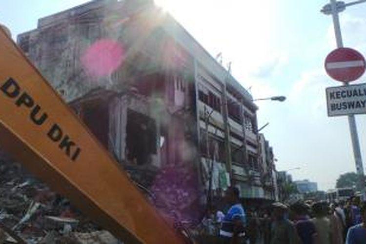 Lima dari tiga belas toko di Jalan Jatinegara Barat dibongkar tim terpadu Pemerintah Kota Jakarta Timur. Kamis (28/7/2014).