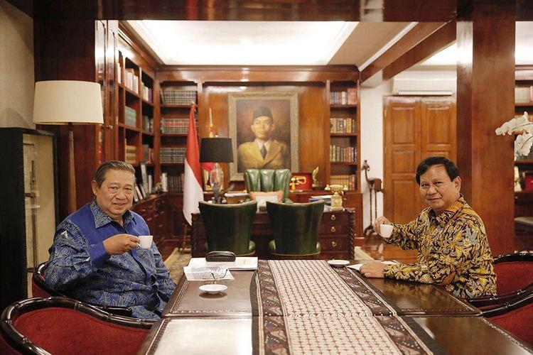 Ketua Umum Partai Gerindra Prabowo Subianto (kanan) menerima kunjungan Ketua Umum Partai Demokrat Susilo Bambang Yudhoyono di kediaman Prabowo, Jalan Kertanegara, Jakarta Selatan, Senin (30/7/2018). Pertemuan tersebut merupakan tindak lanjut dari komunikasi politik yang dibangun kedua partai untuk Pilpres 2019.