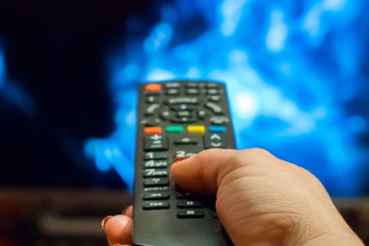 Ilustrasi seseorang memegang remote TV
