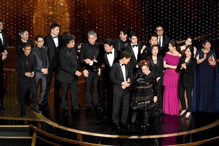 Sutradara, produser, bintang, serta kru Parasite menerima penghargaan Best Picture atau film terbaik pada Academy Awards 2020, di Dolby Theatre, Hollywood, California, Minggu (9/2/2020).