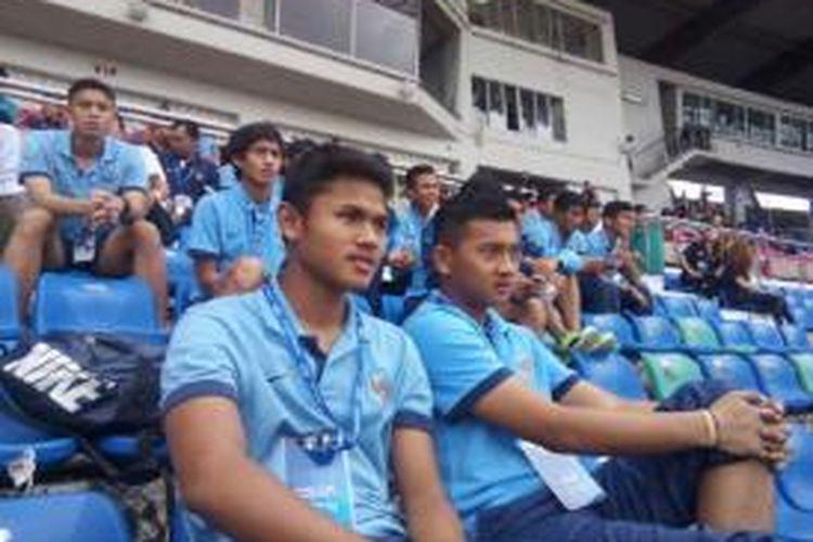 Para pemain tim nasional Indonesia U-19 saat menyaksikan pertandingan antara Iran melawan Thailand di Thuwunna Stadium, Yangon, Myanmar, Kamis (9/10/2014).