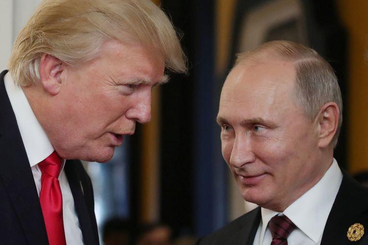 Presiden AS Donald Trump (kiri) berbicara dengan Presiden Rusia Vladimir Putin dalam pertemuan APEC di Danang, Vietnam pada 11 November 2017.