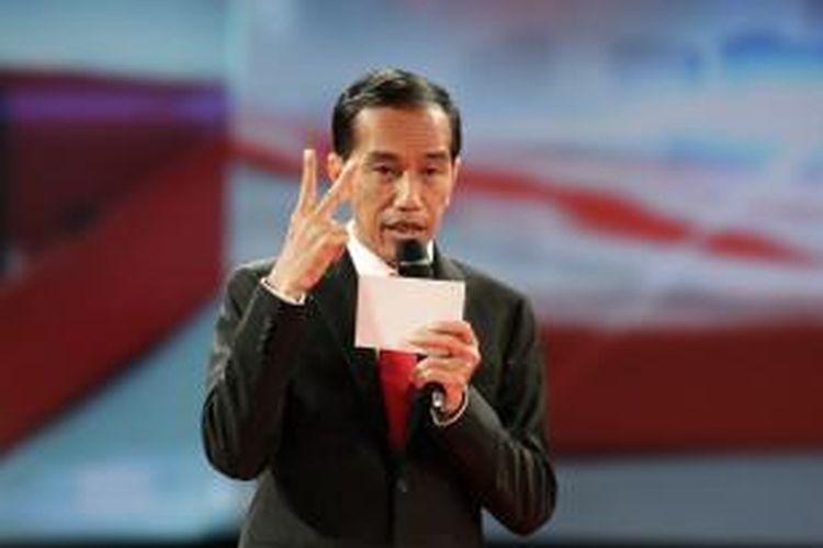 Calon Presiden nomor urut 2 Joko Widodo memberikan visi misi dalam debat capres 2014 putaran kedua, di Hotel Gran Melia, Kuningan, Jakarta, Minggu (15/6/2014).