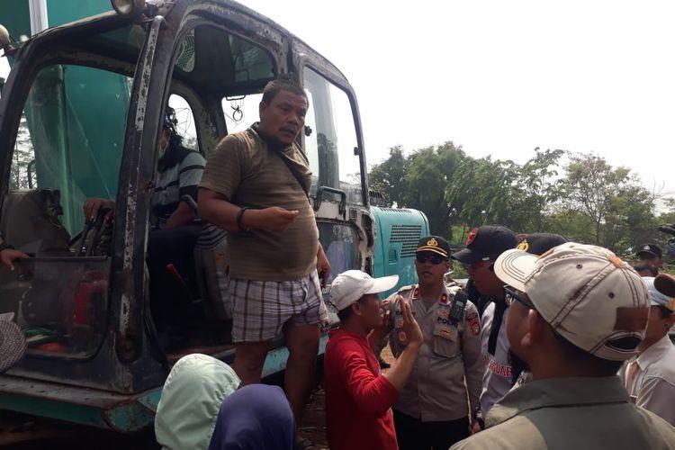 Tokoh masyarakat Kampung Bulak, Silalahi saat meminta Satpol PP merobohkan rumah yang dituding milik aparat, Cisalak Depok, Rabu (13/11/2019)