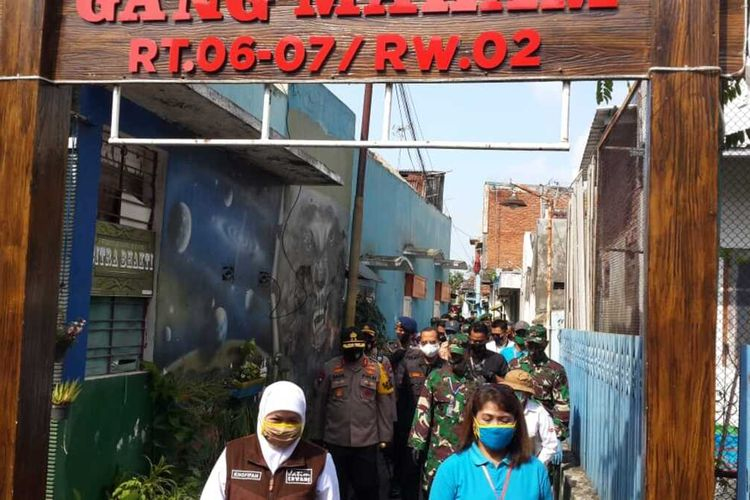 Gubernur Jawa Timur, Khofifah Indar Parawansa saat mengunjungi Kampung Tangguh di Kota Malang, Kamis (14/5/2020).