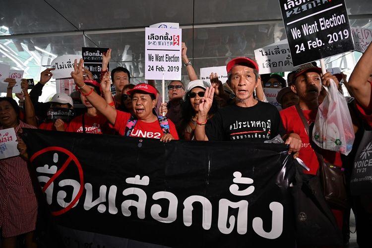 Massa aktivis anti-junta menggelar aksi di Bangkok, pada 8 Januari, mendesak segera dilangsungkannya pemilihan umum.