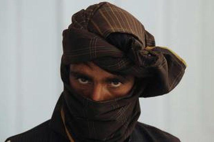 Seorang mantan pejuang Taliban terlihat saat ia bergabung dengan pasukan pemerintah Afghanistan dalam upacara di Herat, 26 Juni 2013. NATO secara resmi mengalihkan tanggung jawab untuk keamanan nasional kepada pasukan Afghanistan minggu lalu.