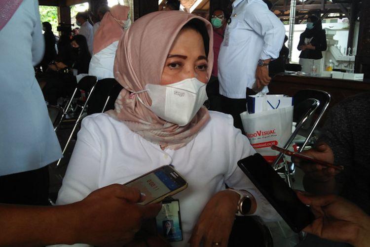 Direktur Utama PDAM Gresik Siti Aminatun Zariyah saat memberikan keterangan kepada awak media di pendopo rumah dinas Bupati Gresik, Rabu (31/3/2021).
