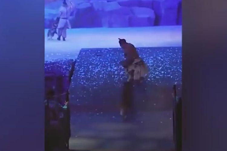 Serigala mengejar aktor dalam pertunjukanlangsung di China. [SS/YOUTUBE/CLICKHEARTTV]
