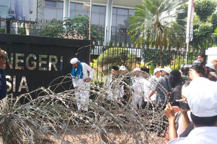 Sejumlah orang yang merupakan perwakilan pengunjuk rasa aksi menuntut hukuman maksimal untuk terdakwa dugaan kasus penodaan agama Basuki Ahok Tjahaja Purnama mendatangi Gedung Mahkamah Agung, Jakarta, Jumat (5/5/2017). Dengan melewati celah kawat berduri, mereka datang untuk menemui para hakim di MA guna menyampaikan tuntutannya.