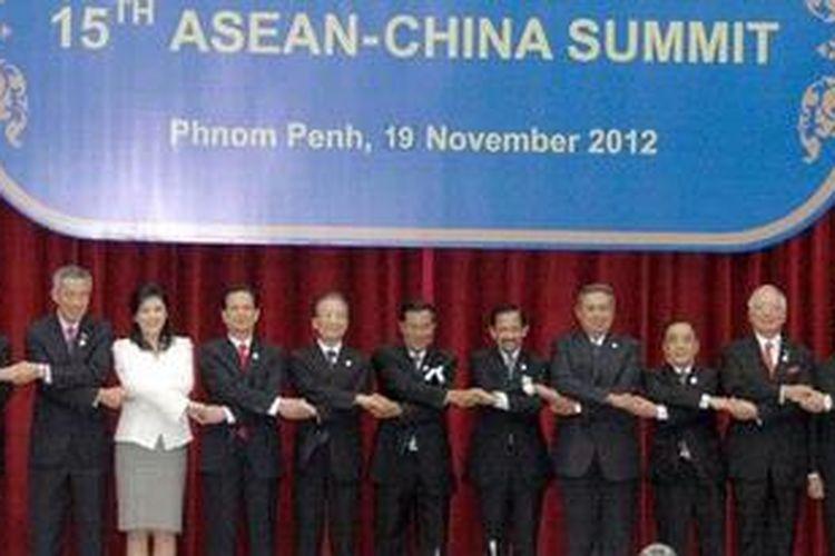 Para pimpinan negara-negara ASEAN berfoto bersama Perdana Menteri  China Wen Jiabao dalam pertemuan ASEAN-China di Peace Palace, Phnom Penh, Senin.