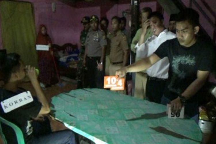 Seorang istri bersama dua anaknya yang terlibat melakukan pembunuhan berencana terhadap suaminya sendiri Abdul Waris (60 tahun) di Polewali Mandar, Sulawesi Barat, menjalani rekostruksi, Jumat (18/8/2017). Ada lebih dari 30 adegan diperagakan pelaku termasuk empat pelaku pembunuh bayaran yang disewa istri korban.