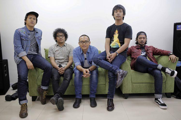 Personel Band DMasiv berpose usai wawancara di kantor Redaksi Kompas.com, Palmerah Barat, Jakarta Pusat, pada Senin (27/3/2017).