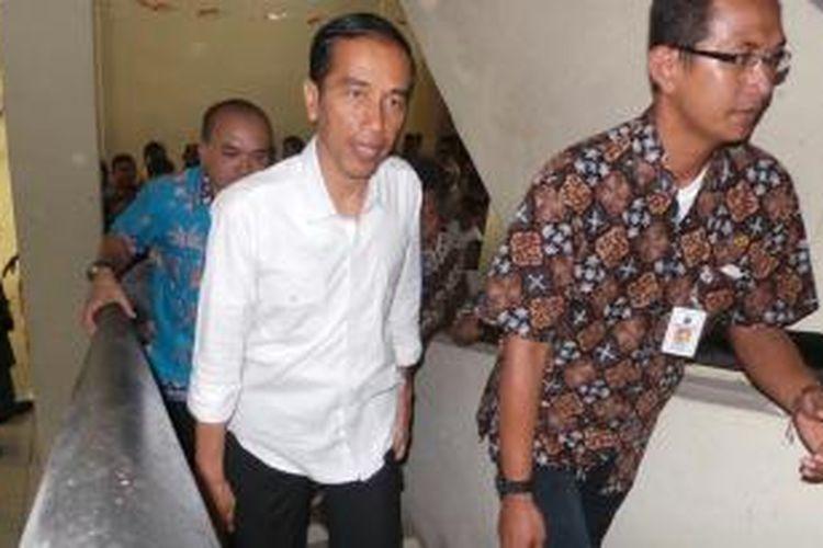 Gubernur DKI Jakarta Joko Widodo meninjau kesiapan rusun Pinus Elok, Cakung, Jakarta Timur, Kamis siang. Rencananya, rusun itu diperuntukan bagi warga sekitar Waduk Ria Rio.