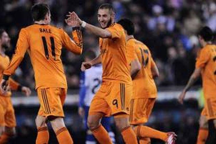 Striker Real Madrid Karim Benzema (kanan) mendapat sambutan dari Gareth Bale setelah mencetak gol ke gawang Espanyol pada laga peremapt final Copa del Rey, Selasa (21/1/2014).