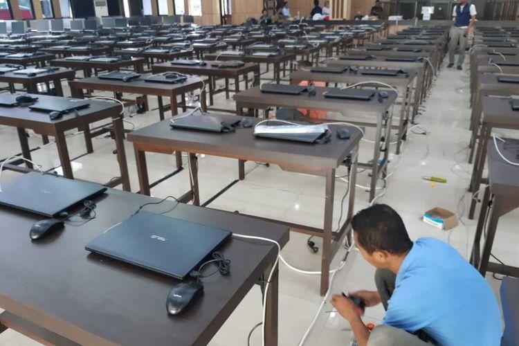 Salah seorang teknisi mengecek jaringan komputer di lokasi SKD CPNS Kota Tasikmalaya yang diikuti daerah se-Priangan Timur, Jawa Barat, Jumat (31/1/2020)