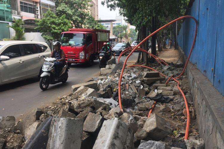 Trotoar Cikini, Jakarta Pusat, sedang dibenahi dan penuh kabel utilitas yang semrawur, Senin (4/11/2019).