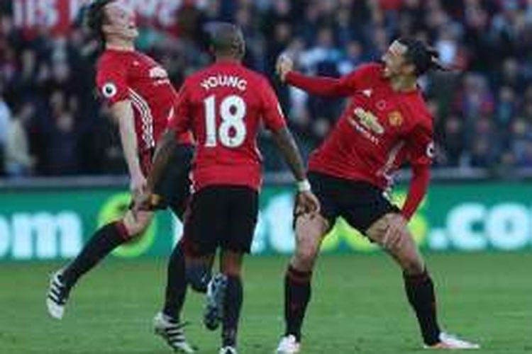 Striker Manchester United, Zlatan Ibrahimovic, merayakan gol ke gawang Swansea City bersama Phil Jones dan Ashley Young, Minggu (6/11/2016).