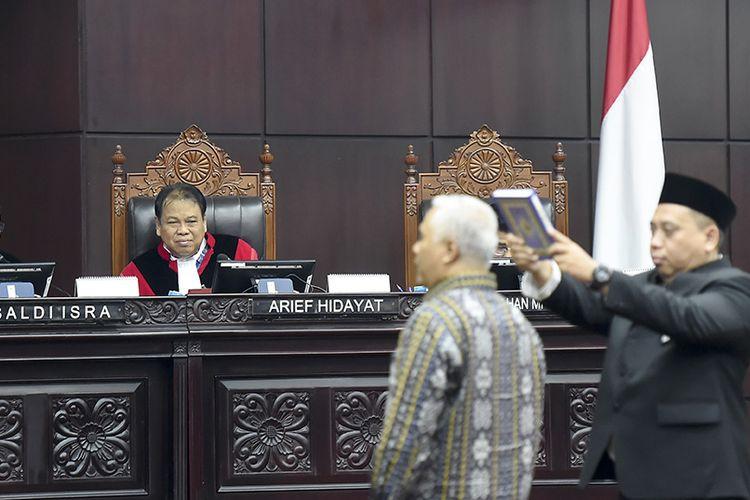 Hakim Konstitusi Saldi Isra (kiri), Arief Hidayat (tengah) menyaksikan saksi ahli dari pihak termohon diambil sumpahnya saat sidang lanjutan Perselisihan Hasil Pemilihan Umum (PHPU) presiden dan wakil presiden di gedung Mahkamah Konstitusi, Jakarta, Kamis (20/6/2019). Sidang tersebut beragendakan mendengarkan keterangan saksi dan ahli dari termohon atau dari pihak KPU.