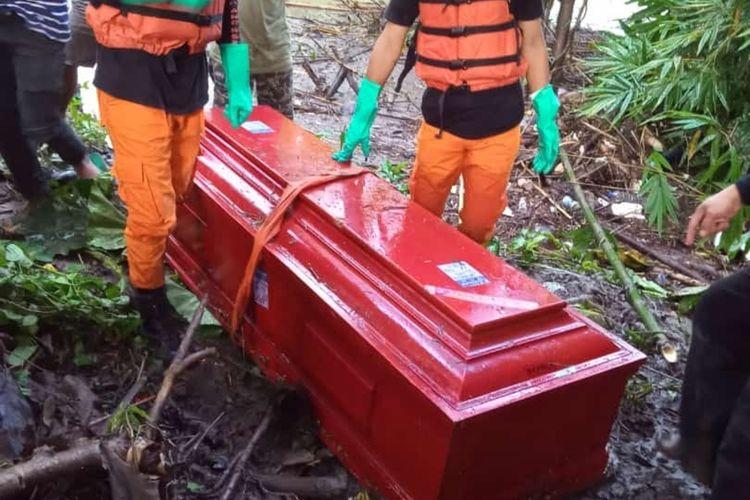 Peti mati yang ditemukan saat hanyut di sungai Belo, Kecamatan Ganra, Soppeng, Minggu (1/6/2020).