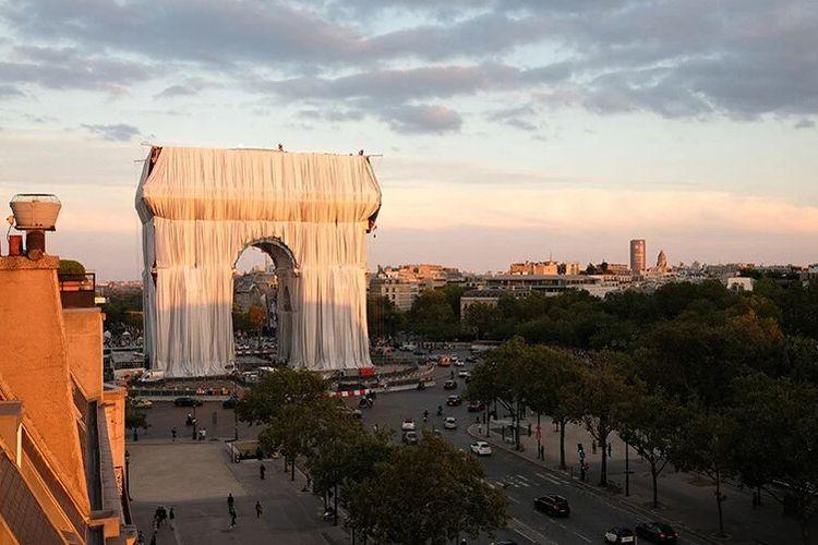 L?Arc De Trimophe ditutupi oleh kain daur ulang raksasa. Ini merupakan instalasi seni rancangan mendiang seniman Christo  Vladimirov Javacheff dan  mendiang istrinya, Jeanne-Claude Denat de Guillebon. Keduanya populer dengan nama Christo and Jeanne-Claude.