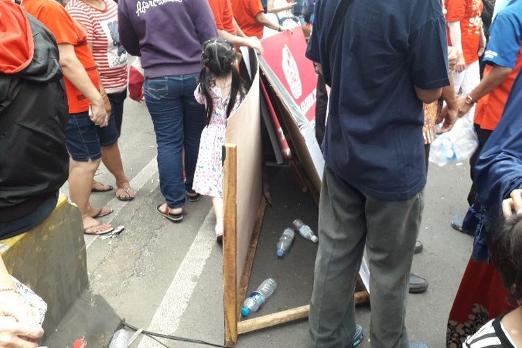 Pembatas jalan milik penyelenggara Karnaval Cap Go Meh Glodok, Jakarta Barat rusak akibat pengunjung yang membludak pada Minggu (4/3/2018).