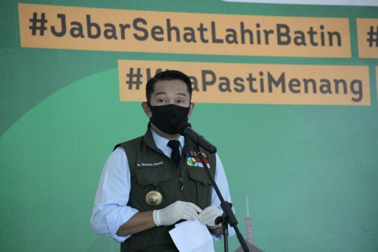 Gubernur Jawa Barat Ridwan Kamil saat mengenakan rompi Jabar Bergerak saat konferensi pers perkembangan Covid-19 Jabar.
