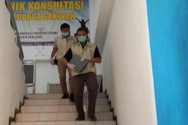 Sejumlah penyidik Komisi Pemberantasan Korupsi (KPK) saat menggeledah Kantor Badan Pengelolaan Keuangan dan Aset Daerah (BPKAD) Kabupaten Malang, Selasa (9/10/2018)