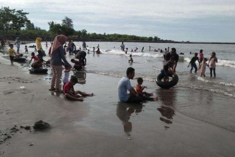 Wisatawan memadati obyek wisata Pantai Ujong Blang, Kecamatan Banda Sakti, Kota Lhokseumawe, Senin (25/6/2018)