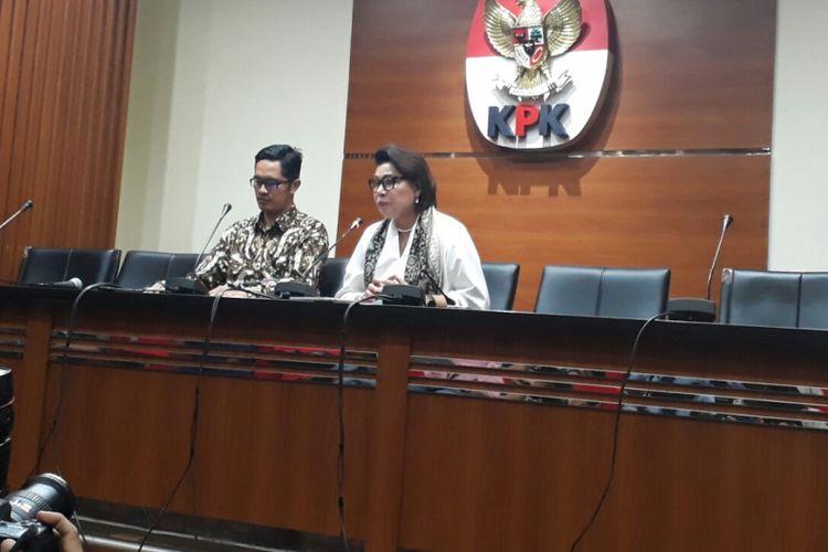 Juru Bicara KPK Febri Diansyah dan Wakil Ketua KPK Basaria Pandjaitan dalam jumpa pers di gedung KPK, Kuningan, Jakarta, Rabu (10/1/2018).