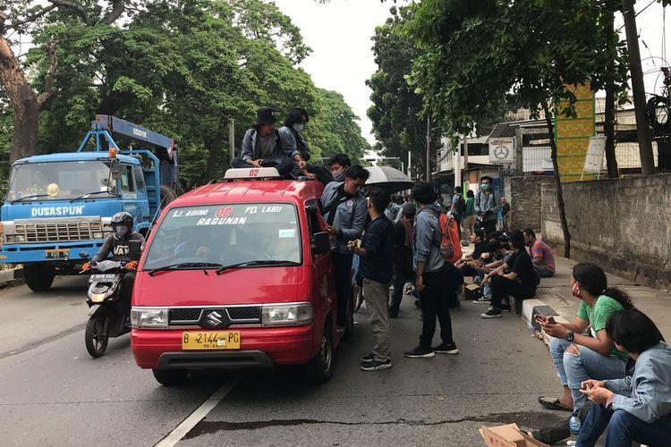 Sejumlah mahasiswa dari Universitas Gunadarma, Depok bergerak dari Lenteng Agung menuju Istana Negara untuk berunjuk rasa.