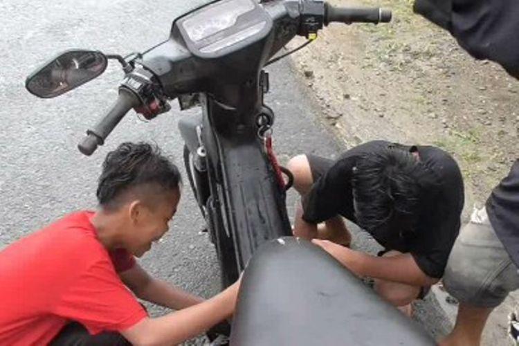 Puluhan bocah jadi mekanik dadakan di Mamuju sullawesi barat. Mereka menawarkan jasa ke pengendara motor yang mogok di tengah banjir