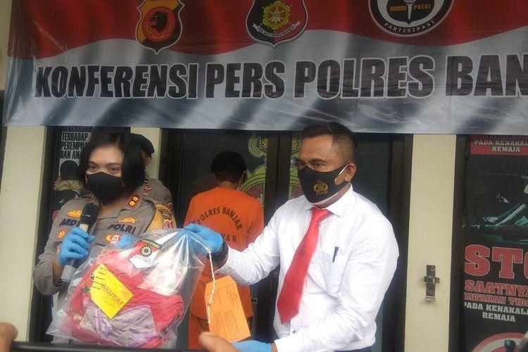 Kapolres Banjar, AKBP Ardyaningsih menunjukkan barang bukti pencabulan saat ekspos kasus di Mapolres, Senin (16/8/2021).