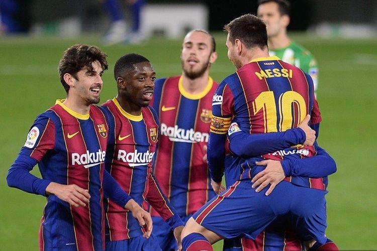 Para pemain Barcelona merayakan gol keduanya selama pertandingan sepak bola liga Spanyol antara Real Betis melawan FC Barcelona di stadion Benito Villamarin di Seville pada 7 Februari 2021.