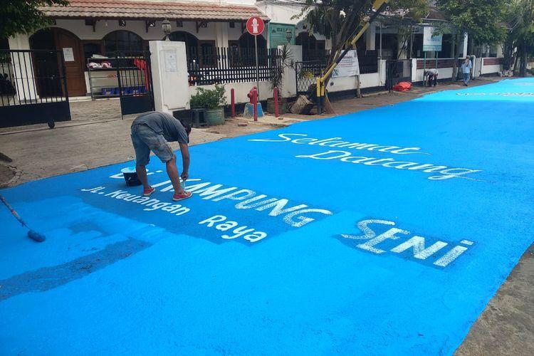 Museum Basoeki Abdullah menggelar kegiatan melukis mural dengan menginspirasi lukisan sang Maestro Basoeki Abdullah di sepanjang aspal Jalan Keuangan Raya Cilandak Barat, Jakarta Selatan (23-25/8/2020).