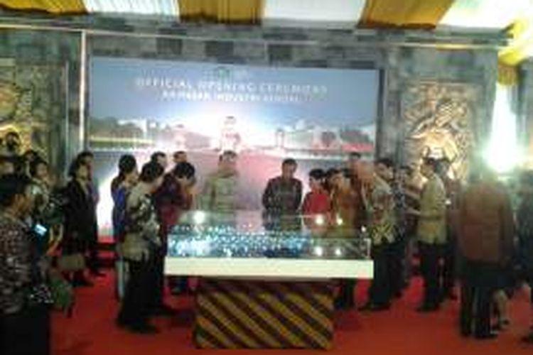 Presiden Jokowi dan Perdana Menteri Lee saat melihat denah KIK Jawa Tengah.